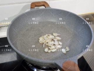 百合西芹炒南瓜,锅中煮开水,先下百合焯水,断生后捞出沥水