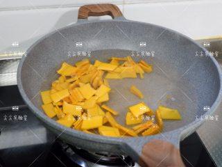 百合西芹炒南瓜,原锅,在加入南瓜轻微煮一下