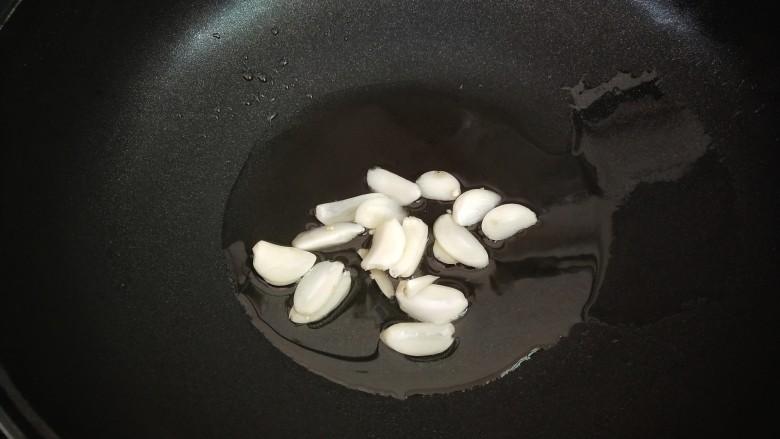 杭椒牛柳,再下蒜片煸出香味
