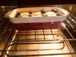 爆浆蓝莓香蕉烤燕麦,烤箱180度,烤25分钟。