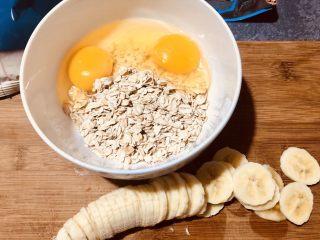 爆浆蓝莓香蕉烤燕麦,燕麦放入碗里,磕入一个鸡蛋,我是两人份,多加了一个蛋。