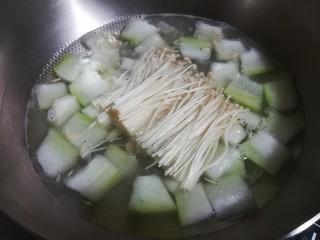鲜味冬瓜汤,煮至冬瓜熟透,放入金针菇同煮。