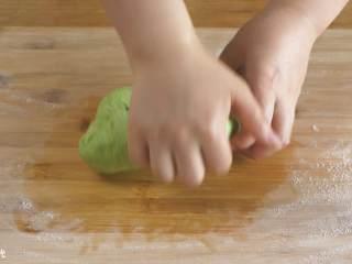 12m+菠菜奶香馒头,揉至光滑。