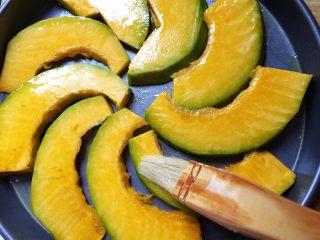 蜂蜜烤南瓜,南瓜片放上去,在南瓜片上也刷上一層橄欖油