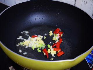 酸辣土豆丝,再放入葱姜蒜和干红辣椒爆香