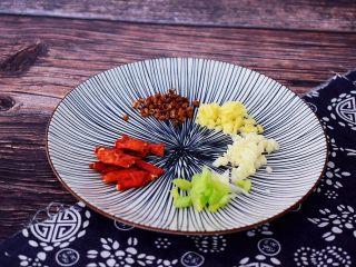 酸辣土豆丝,干红辣椒切成两段,葱姜蒜切末
