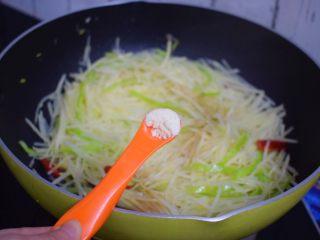 酸辣土豆丝,加入鸡精