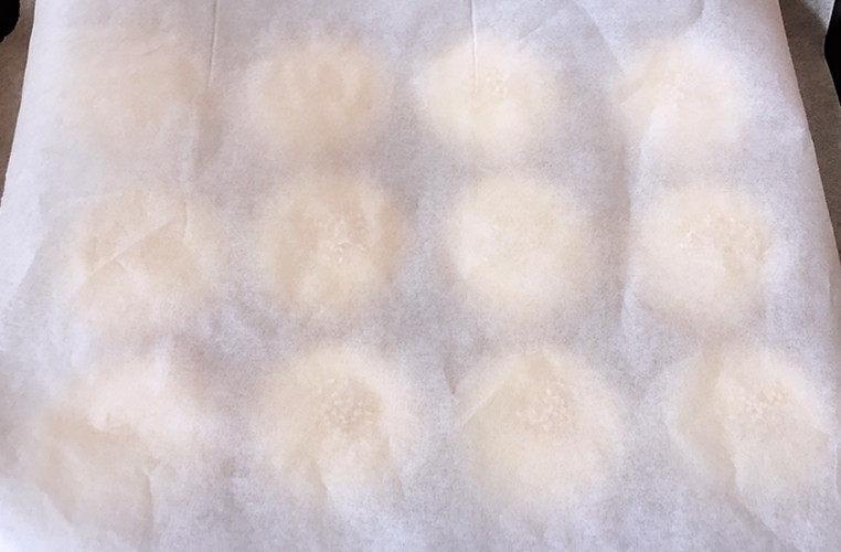 日式红豆包,面团表面盖上一张油纸。