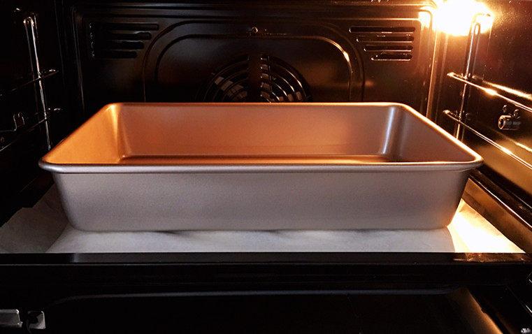 日式红豆包,压一个平底烤盘,送入预热好的烤箱,中层,上下火180℃,烘烤18分钟。