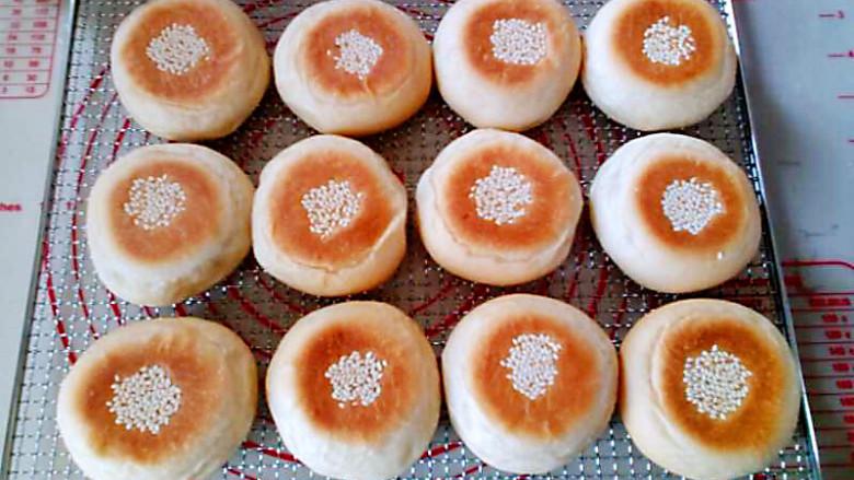 日式红豆包,烤好的面包立即放在烤网上晾凉。