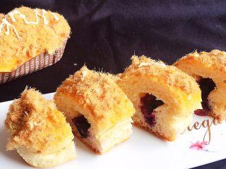 麦香蓝莓肉松面包