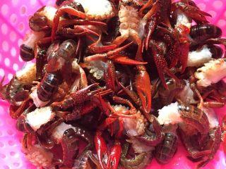 麻辣小龙虾,小<a style='color:red;display:inline-block;' href='/shicai/ 292/'>龙虾</a>去虾尾,虾头,虾腮,小虾脚,用刷子刷干净,沥干水备用!小主刷了2次,洗了一次额!