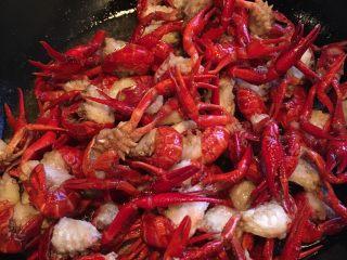 麻辣小龙虾,锅里放油烧热,龙虾放入翻炒2分钟,捞出备用!