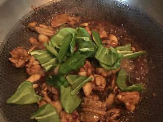 酱爆牛蛙,最后加入青椒块翻炒至熟就可以了