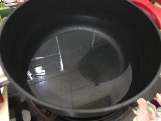 蒜蓉麻汁拌四季豆,锅内煮适量清水