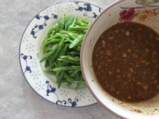 蒜蓉麻汁拌四季豆,淋上调好的麻酱汁