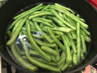 蒜蓉麻汁拌四季豆,放入四季豆,煮3.4分钟