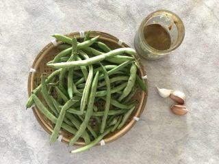 蒜蓉麻汁拌四季豆,首先我们准备好所有食材