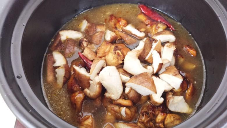 黄焖鸡,加入香菇,再加入适量的水。