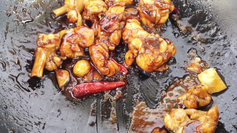 黄焖鸡,再加入姜片和干辣椒炒。