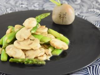 芦笋清爽,蘑菇弹牙,撒上黑胡椒,好吃又有营养