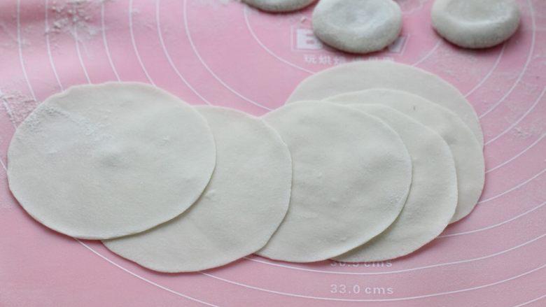 茴香馅饺子,用擀面杖擀成中间稍微厚些、边缘薄些的饺子皮