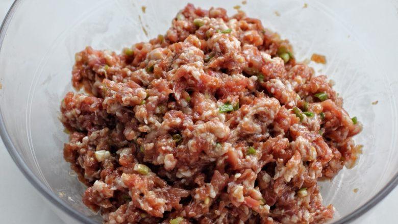 茴香馅饺子,顺时针一个方向搅拌至肉馅上劲儿