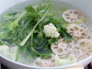 麻辣香锅,根据食材的种类将蔬菜和丸子分别焯烫至熟