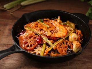 麻辣香锅,道麻辣鲜香的家常版麻辣香锅就做好了,味道一点也不比外面的差哦!