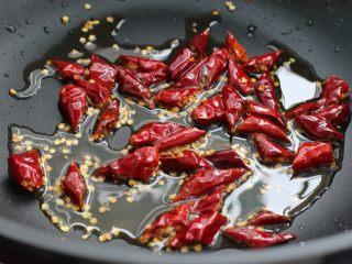 麻辣香锅,无需开火,就着锅中油温放入剪成小段的辣椒翻炒出香味,盛出备用