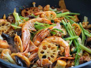 麻辣香锅,按照食材的易熟程度分别放入丸子、火腿和各种蔬菜,最后放入大虾和熟鹌鹑蛋拌炒均匀