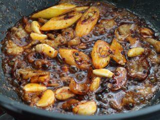 麻辣香锅,接着放入葱段、姜片和大蒜炒香