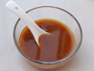 茄子溜肉段,小碗中放入所有酱汁材料,搅拌均匀备用