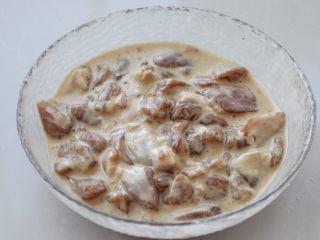 茄子溜肉段,在腌制好的猪肉中放入玉米淀粉,再加适量清水抓拌均匀