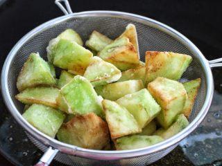茄子溜肉段,再次加热锅中油温,放入茄子复炸一遍捞出控油