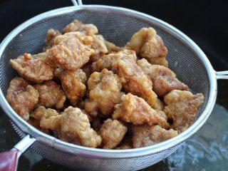 茄子溜肉段,炸至肉块表皮变硬捞出控油,然后再复炸一遍至金黄酥脆状态捞出