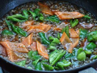 茄子溜肉段,然后倒入调好的酱汁煮至粘稠状态