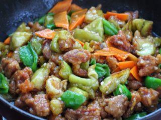 茄子溜肉段,将茄子和肉段一起放入锅中,大火快速翻炒裹上酱汁即可
