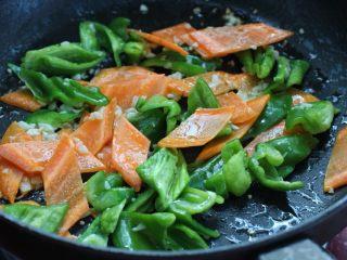 茄子溜肉段,接着放入尖椒和胡萝卜翻炒均匀