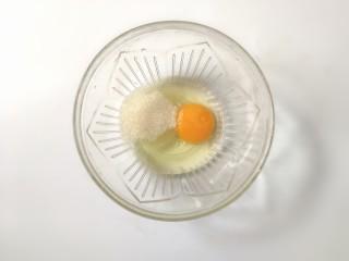 黑芝麻薄脆饼,鸡蛋加白糖搅拌均匀