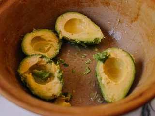 牛油果蛋卷,牛油果切成两半,去皮,去籽。在一个碗里,把牛油果捣碎,切成小块。