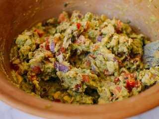 牛油果蛋卷,搅拌均匀。