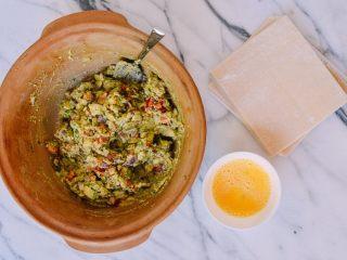 牛油果蛋卷,可以准备包了。蛋液是用来粘合。