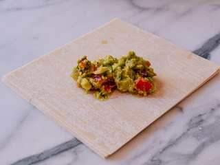 牛油果蛋卷,将大约2勺的馅放在蛋卷皮中心。