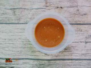 超下饭的蒜香红烧茄子,小碗放入玉米淀粉、糖、鸡精、酱油、盐、再倒入半碗清水,调成碗汁备用。这碗料汁需要在炒菜前准备好