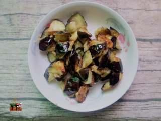 超下饭的蒜香红烧茄子,锅内放入适量的油,煎炸至茄子表面金黄时捞出备用