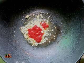 超下饭的蒜香红烧茄子,锅倒入少量的油。放入番茄酱,蒜末煸炒出香味