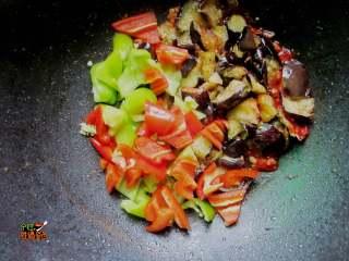 超下饭的蒜香红烧茄子,将青辣椒放入锅中煸炒匀均