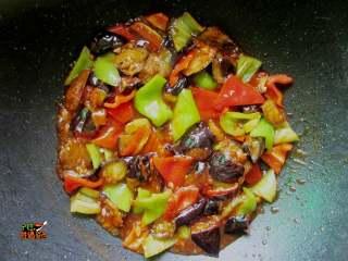 超下饭的蒜香红烧茄子,将碗汁倒入锅中,然后大火收汁翻炒匀均。