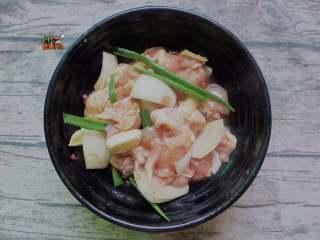 孜然鸡肉串,加入洋葱碎、料酒、白糖、盐、蚝油、生抽抓匀,最后加入1/3蛋白拌匀腌制一个小时入味